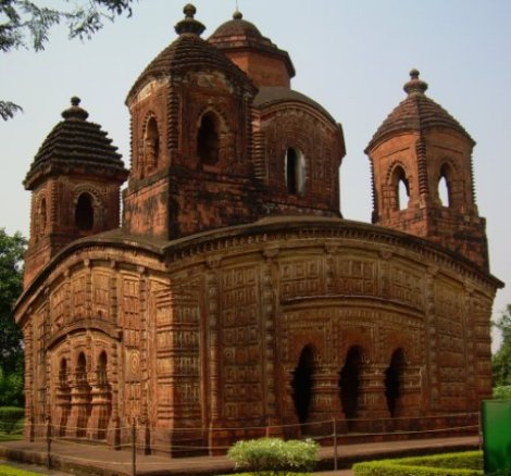 Built by the Malla King Raghunath Singh in AD 1643, the temple is the best example of Five Spire on a curved Bengal chala roof. Its terracotta panels are noteworthy.